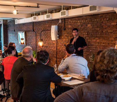 Les clients écoutent un orateur
